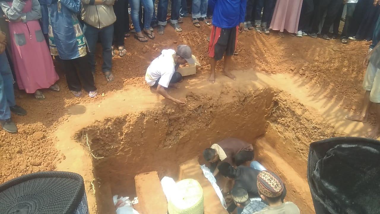 Korban Tragedi Tarahan Dimakamkan dalam Satu Lubang