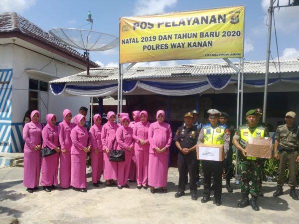Ketua Bhayangkari Way Kanan Ny.Dina Siswantoro Tinjau Posko Operasi Lilin 2019 Krakatau, dan Sekaligus Berikan Tali Asih Kepada Personil gabungan yang bertugas.