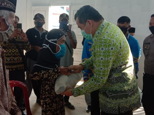 Ringankan Beban Masyarakat dalam Masa Pandemi Covid-19, Dendi Salurkan Bantuan Sembako