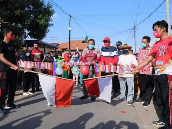 Rayakan HUT RI-75, Bupati Nanang Lepas Peserta Jalan Sehat Desa Wayhuwi.