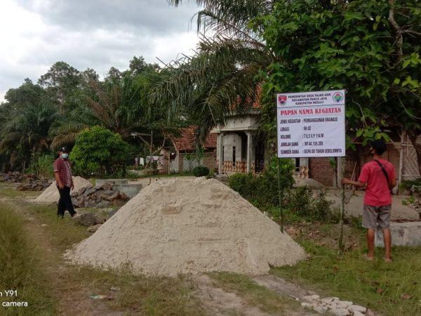 Manfaatkan Dana SILPA, Desa Fajar Asri Membangun Saluran Drainase