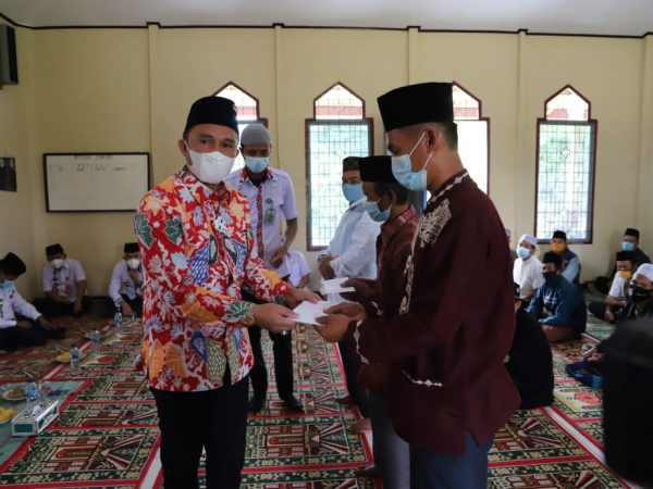 Hadiri Pengajian Menyambut Bulan Suci Ramadhan, Bupati Parosil Serahkan Insentif Guru Ngaji, Marbot dan Imam Masjid